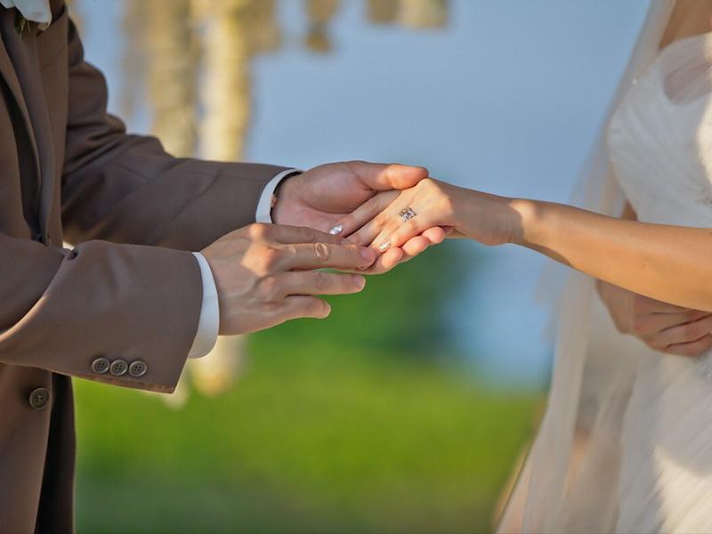 Hình ảnh chiếc nhẫn trên tay co dâu