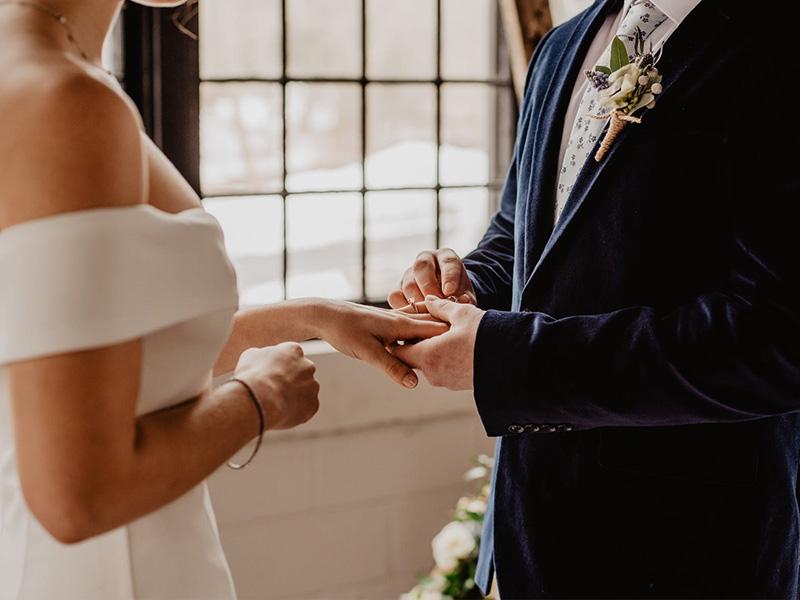 Cặp đôi đeo nhẫn cho nhau trong lễ cưới