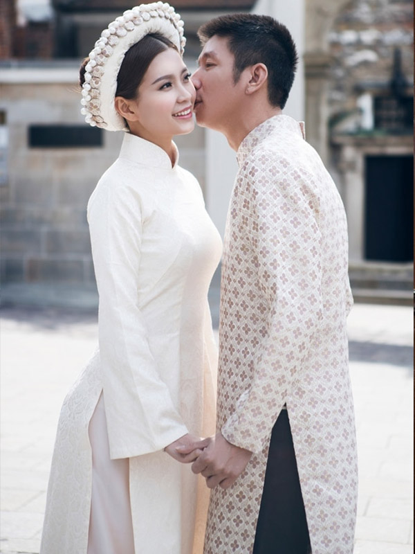 Cặp đôi mang trang phục cưới màu trắng