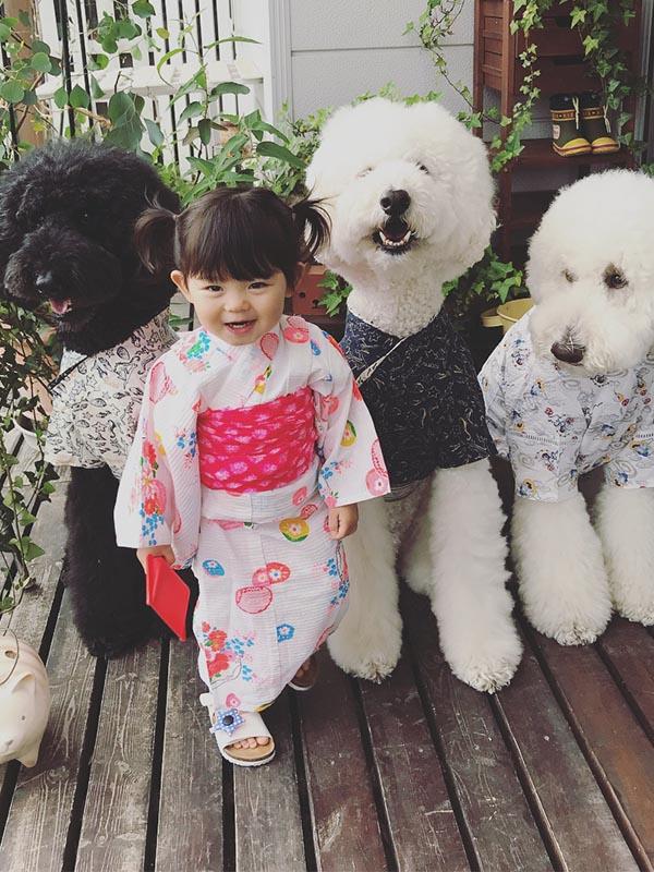 ảnh em bé cùng chó cưng