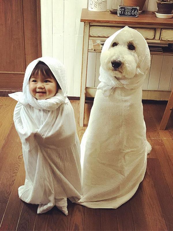 ảnh em bé dễ thương cùng chó cưng