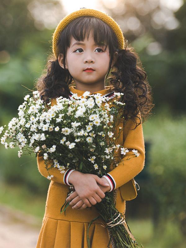 Cô bé ôm bông
