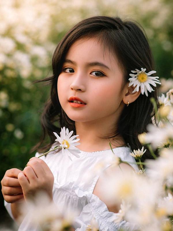Cô bé giữa vườn hoa