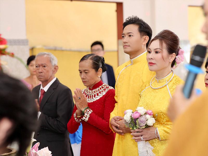 Diễn viên Quý Bình và cô dâu trong lễ Hằng Thuận