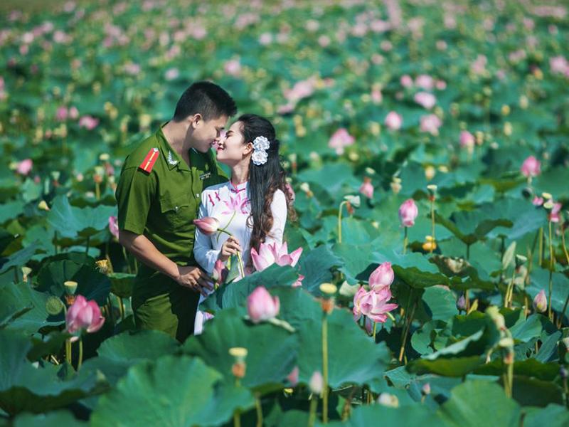 Chụp ảnh cưới công an tại khu du lịch sinh thái
