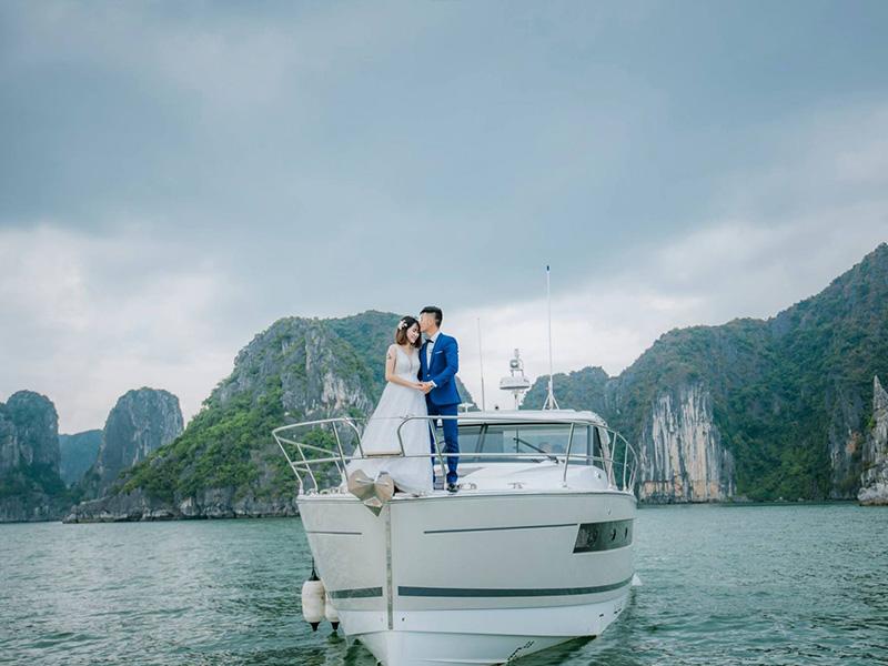 Chụp ảnh cưới vào bình minh trên du thuyền