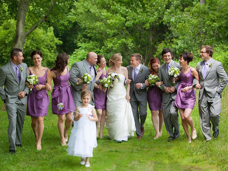 Chọn trang phục gam màu trầm cho phong cách chụp ảnh cưới cùng hội bạn thân