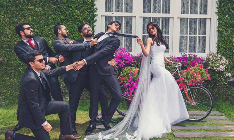 chụp ảnh cưới cùng hội bạn thân tại quán cà phê